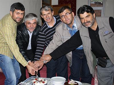 Gazete dağıtım görevlileri, gününü yas pasta keserek kutladı
